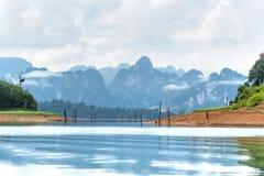 Landschap van Smaragdgroene meer, bos en berg Cheow Lan Dam Stock Fotografie
