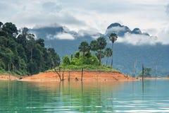 Landschap van Smaragdgroene meer, bos en berg Cheow Lan Dam Royalty-vrije Stock Afbeelding