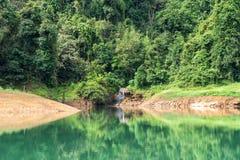 Landschap van Smaragdgroene meer, bos en berg Cheow Lan Dam Het Nationale Park van Sok van Khao Royalty-vrije Stock Fotografie