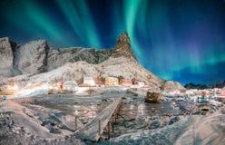 Landschap van sneeuwberg met aurora borealis in Skandinaviër stock afbeelding