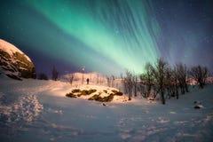 Landschap van sneeuwberg met aurora borealisexplosie stock afbeelding