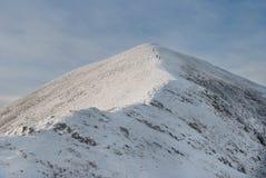 Landschap van sneeuwberg met footpaith op piek Stock Fotografie