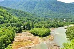 Landschap van snelle rivier Malaya Laba stock afbeeldingen
