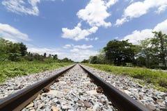 Landschap van spoorweg met wolken en blauwe hemelachtergrond Royalty-vrije Stock Afbeeldingen