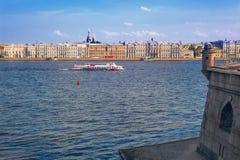 Landschap van St. Petersburg van de binnenstad: rivier Neva, dijk, de Peter en vesting van Paul Stock Foto