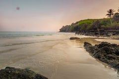 Landschap van stil strand in overzees Zuid-Thailand, Phang Nga, Thailand royalty-vrije stock afbeeldingen