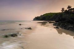 Landschap van stil strand in overzees Zuid-Thailand, Phang Nga, Thailand royalty-vrije stock foto