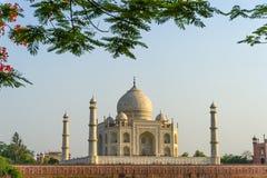 Landschap van Taj Mahal van het noordenkant over de Yamuna-rivier bij zonsondergang Stock Afbeelding
