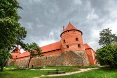 Landschap van Trakai-Eilandkasteel, meer en houten brug, Litouwen Royalty-vrije Stock Foto's