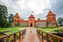 Landschap van Trakai-Eilandkasteel, meer en houten brug, Litouwen Het Kasteel van het Trakaieiland en heldere blauwe dramatische  Stock Afbeelding