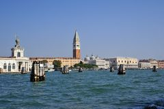 Landschap van Venetië met lichtblauwe overzees royalty-vrije stock afbeeldingen