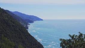 Landschap van Vernazza-dorp vanaf de bovenkant van de heuvel in Cinque Terre, Italië stock footage