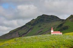 Landschap van Vik-dorp, IJsland met Myrdal-Kerk Royalty-vrije Stock Fotografie