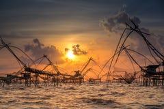 Landschap van vissers` s dorp in Thailand met een aantal geroepen visserijhulpmiddelen stock afbeelding