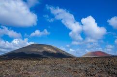 Landschap van vulkanen en hard gemaakte lava in het nationale park van Timanfaya stock afbeeldingen