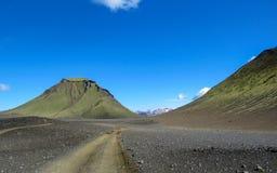 Landschap van vulkanische zwarte het zandwoestijn van Maelifellsandur met Tindafjallajokull-gletsjer en blauwe hemel, de zomer in stock foto's
