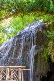 Landschap van waterval met de groene boog en de brug Stock Afbeeldingen