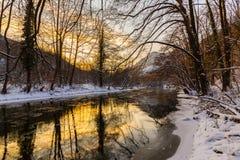 Landschap van wilde rivier met de bezinning van de zonsonderganghemel in de bergen, in de winter Royalty-vrije Stock Foto's