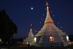 Landschap van witte pagode in schemeringtijd Stock Foto