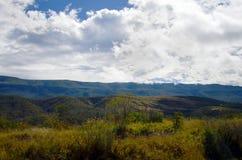 Landschap van wolken en bergen stock fotografie