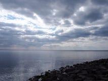 Landschap van zeewater en bewolkte hemel royalty-vrije stock fotografie