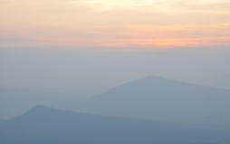 Landschap van zonsopgang over bergen Royalty-vrije Stock Foto's