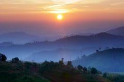 Landschap van zonsopgang over bergen in Kanchanabur Stock Foto's