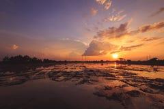 Landschap van zonsopgangzonsondergang over een landbouwbedrijfgebied na de onderbrekingen die van de oogstzon door wolken tot bez royalty-vrije stock afbeelding