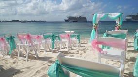 Landschap voor een huwelijk op het strand met een cruisevoering op de achtergrond stock video