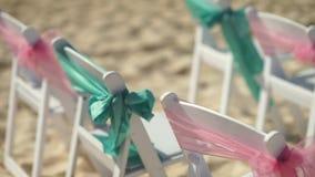 Landschap voor een huwelijk op het strand met een cruisevoering op de achtergrond stock videobeelden