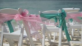 Landschap voor een huwelijk op het strand met een cruisevoering op de achtergrond stock footage