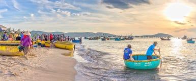 Landschaps levendige handel in vissen bij Mui Ne-visserijdorp Stock Foto's