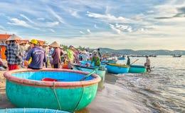 Landschaps levendige handel in vissen bij Mui Ne-visserijdorp Stock Afbeeldingen