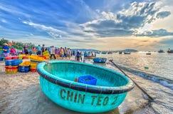 Landschaps levendige handel in vissen bij Mui Ne-visserijdorp Stock Afbeelding