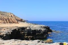 Landschaps rotsachtige overzeese kust Stock Afbeelding
