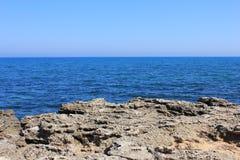 Landschaps rotsachtige overzeese kust Stock Foto's