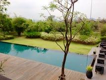 Landschaps zwembad en terras Stock Afbeeldingen