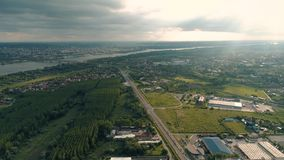 Landschapsantenne, hommelschot Wegen, rivier Bewolkt en Zonnig stock video