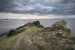 Landschapsbeeld die uit aan overzees met stormachtige hemel kijken stock foto's