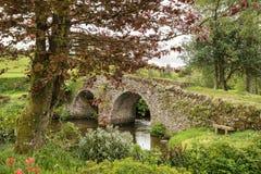 Landschapsbeeld die van middeleeuwse brug in rivier in Engels c plaatsen royalty-vrije stock foto