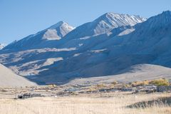 Landschapsbeeld van de stad van Leh Ladakh met bergen en blauwe hemel royalty-vrije stock fotografie