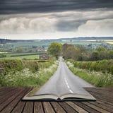Landschapsbeeld van lege weg in Engels platteland met dramat Stock Afbeeldingen
