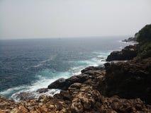Landschapsbeelden van overzees met rotsen stock afbeeldingen