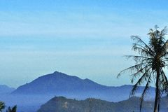 Landschapsberg die door Nevel wordt behandeld - Gunung Bungsu Berselimut Embun stock foto