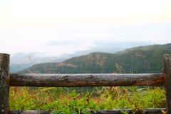 Landschapsberg en bos in de aard met wolk, Mensen die in het groene bos en de grote berg lopen die dat goed voelen Stock Foto
