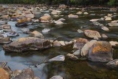 Landschapsberg en stromend water in langzaam blind stock afbeelding