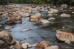 Landschapsberg en stromend water in langzaam blind stock fotografie