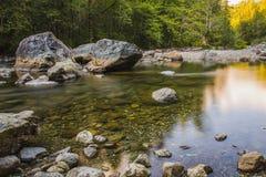 Landschapsberg en stromend water in langzaam blind stock foto's