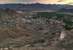 Landschapsbergen met zonlicht vóór zonsondergang in Leh ladakh stock afbeeldingen