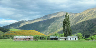 Landschapsbergweiden met weinig huis Stock Foto